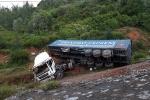 Xe container mất lái rơi xuống đèo Lý Hòa, 2 người bị thương