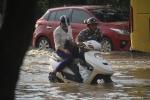 Video: Ô tô, xe máy thi 'bơi' trên đại lộ Thăng Long