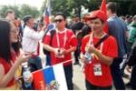 CĐV Việt Nam mang cờ đỏ sao vàng vào sân xem khai mạc World Cup