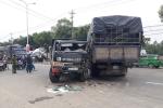 Hai xe tải tông nhau, lái xe mắc kẹt trong ca bin