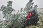 Mẫu Sơn lạnh dưới 0°C, du khách thích thú chụp ảnh với băng