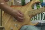 Mục sở thị đàn guitar điện làm từ 1.300 miếng gỗ đè lưỡi y tế