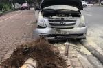 Ô tô lao lên vỉa hè đâm bật gốc cây, đầu xe bùng cháy giữa phố Hà Nội