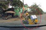Video: Nữ 'ninja' báo rẽ phải nhưng lại rẽ trái trước đầu ô tô khiến tài xế phanh dúi dụi