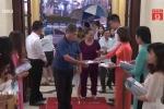 Video: Khán giả Hà Nội đội mưa đi xem 'Thầy Ba Đợi'
