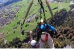 Cùng vợ chơi dù lượn ở độ cao 1200m, người đàn ông suýt rơi tự do