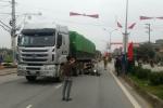 Bị xe tải kéo lê hơn 20m, 2 người đàn ông chết thảm
