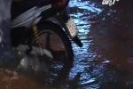 Lái xe ba gác 'hốt' tiền triệu mỗi ngày bằng việc chở người vượt triều cường ở TP HCM