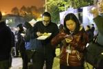 Lạng Sơn phát xôi nóng miễn phí cho phóng viên chờ đoàn tàu bọc thép của Triều Tiên ở Ga Đồng Đăng