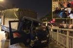 Xe tải loạng choạng đâm vào dải phân cách, tài xế mắc kẹt trong cabin bẹp dúm