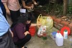 Bộ trưởng Bộ Y tế tự tay kiểm tra hóa chất sử dụng phun diệt muỗi
