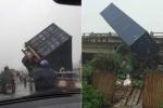 Clip: Tai nạn liên hoàn, container treo lơ lửng trên thành cầu Thanh Trì