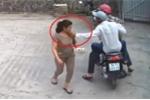 Clip: Cướp manh động giật dây chuyền phụ nữ trước cửa nhà