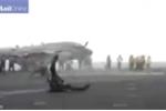 Đứng gần máy bay lúc cất cánh, thợ cơ khí bị thổi bay hàng chục mét