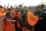 Hàng trăm nhà sư Thái Lan ẩu đả với cảnh sát, che giấu sư trụ trì rửa tiền