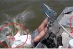 Clip: Cá nhảy lên thuyền giãy đành đạch, cần thủ ngã lộn cổ xuống sông