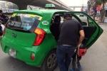 Taxi truyền thống và Uber, Grab đua 'chê' khách ngày cận Tết
