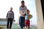 Hà Nội: Thang máy hỏng, người dân phải trèo qua mái tôn trên tầng thượng để đi