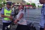 Clip: Bị CSGT tuýt còi, người đàn ông nhảy điên cuồng như lên đồng giữa phố