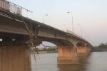 Xe ben tông sập thành cầu, cắm đầu xuống sông Kinh Thầy