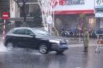 Ảnh: CSGT Đà Nẵng dầm mình trong mưa lạnh làm nhiệm vụ APEC