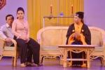 Lê Giang tình tứ ngồi lên đùi Hoài Linh trong vở kịch hot nhất Tết Mậu Tuất