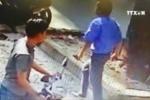 Tạm giữ tài xế xe buýt cầm dao đâm người giữa phố Sài Gòn