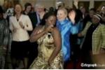 Ngoại trưởng Hillary Clinton nhảy múa trước ống kính