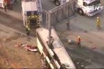 Cột biển báo xẻ đôi xe buýt, 5 người chết thảm
