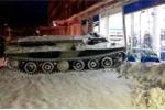 Nga: Trộm xe thiết giáp, đâm nát cửa hàng vì lý do khó tin