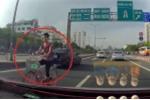 Clip: 'Ninja' xe đạp đi ngược chiều, luồn lách giữa 2 làn ô tô ở Hà Nội