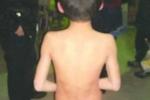 Bé 9 tuổi bị bố lột trần truồng đứng giữa trời giá rét