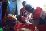 Hãi hùng phát hiện 2 tấn bắp chuối bào ngập trong hóa chất