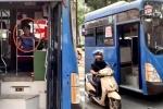 Clip: Tài xế xe buýt phun nước bọt thách thức người đi đường ở TP.HCM