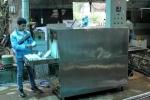 Anh thợ làng chế tạo máy rửa bát công nghiệp