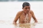 Nước sông Hồng dâng, người dân đổ xô đi bơi cùng can nhựa, săm xe