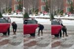 Con gái ngã xoành xoạch trên băng, mẹ vừa quay clip vừa cười ha hả