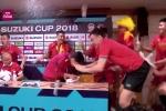Video: Kiểu ăn mừng kì lạ của thầy Park cùng học trò trên bàn họp báo sau khi giành chức vô địch