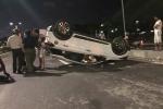 Ô tô tông dải phân cách rồi lật ngửa giữa phố, cả gia đình thoát chết