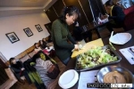 Trung Quốc: Triệu phú mở hội nấu ăn... tuyển vợ