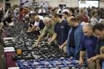 Dân Mỹ đổ xô mua súng, balô chống đạn cho con cái