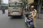 Tước giấy phép lái xe tài xế xe khách mắc kẹt trên cầu vượt ở Hà Nội