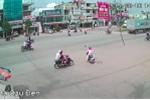 Video: Bỏ chạy sau khi tông người phụ nữ, xe máy tiếp tục tông thêm 2 người khác