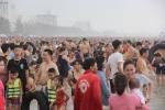 Biển Sầm Sơn đục ngầu, hàng vạn người vẫn chen chúc xuống tắm