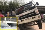Đi lên nắp cống bê tông không cốt thép, xe tải chở gạch tụt xuống hố
