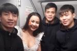 Người mẫu Lại Thanh Hương mặc phản cảm trên chuyên cơ đón U23 Việt Nam