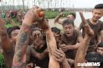 Ảnh: Hàng nghìn trai làng hăng máu dẫm đạp, trèo lên đầu nhau cướp phết cầu may