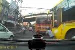 Clip: Xe máy phản xạ 'nhanh như điện', tránh va chạm kinh hoàng với xe buýt