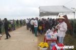 Dân ngăn cản chính quyền cắt điện, tháo rạp thờ 'rắn thần' trên ngôi mộ vô danh ở Quảng Bình