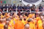 Phản đối vây bắt sư trụ trì bị truy nã, người biểu tình tại chùa Dhammakaya tự sát